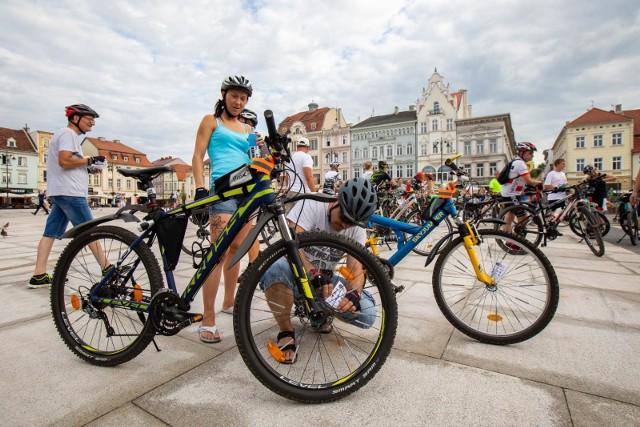 W zestawieniu za 2020 rok Bydgoszcz znalazła się tuż za podium, za Poznaniem, Wrocławiem i Warszawą. To spore wyróżnienie. W rankingu docenione zostały bydgoskie projekty, które powstają przy udziale mieszkańców i społeczników oraz wysokie bezpieczeństwo rowerzystów. Jak podkreślają twórcy rankingu, serwis centrumrowerowe.pl;nf. moda na różne rewolucyjne środki transportu przychodzi i odchodzi, a praktyczny, wygodny oraz niedrogi rower ma się dobrze od lat. Dlatego centrumrowerowe.pl postanowiło sprawdzić, w którym z 9 największych miast (Warszawa, Kraków, Łódź, Wrocław, Poznań, Gdańsk, Bydgoszcz, Lublin, Białystok.) Szerzej o raporcie przeczytasz pod tym adresemW tych miastach podróżowanie na dwóch kółkach jest najbardziej przyjazne i komfortowe >>> Przesuń zdjęcie gestem w lewo lub kliknij w strzałkę obok fotografii, by zobaczyć dalszą część informacji na temat rowerowego rankingu miast..