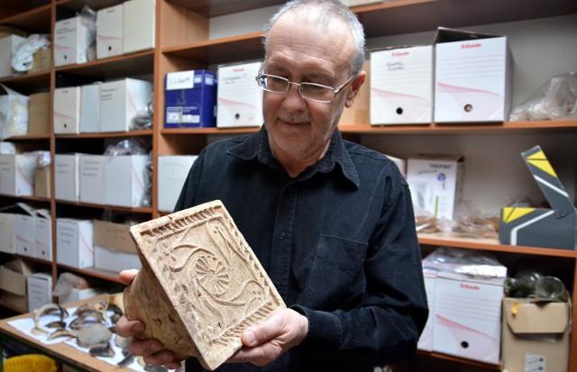 Archeolog Mariusz Matyaszewski z Pracowni Badań i Nadzorów Archeologicznych prezentuje jeden z kafli odnalezionych w czasie badań prowadzonych przy ulicy Dominikańskiej 7 w Lublinie.