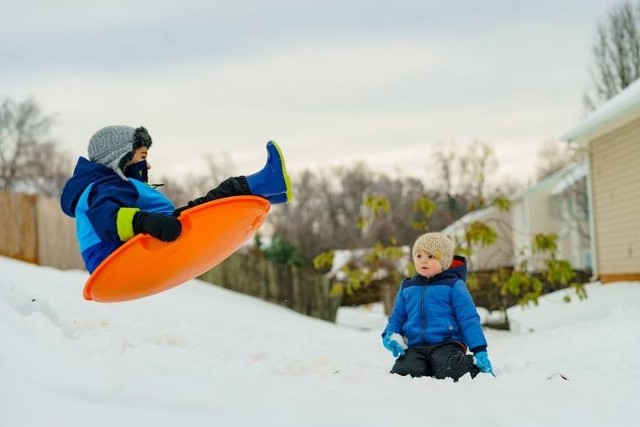 Rządowe obostrzenia sprawiły, że tegoroczne ferie zimowe przybiorą dla dzieci i młodzieży bardziej formę aresztu domowego niż radosnej kanikuły. Nakazem władz zamknięto niemal wszystkie placówki sportowe i kulturalne, nałożono również na młodzież zakaz samodzielnego poruszania w określonych rozporządzeniem godzinach. Mimo tego jest kilka sposobów i pomysłów na to, jak spędzić ferie zimowe 2021 z dziećmi nie nudząc się przy tym. Przedstawiamy je na kolejnych slajdach! Zobacz dalej na kolejnym slajdzie!