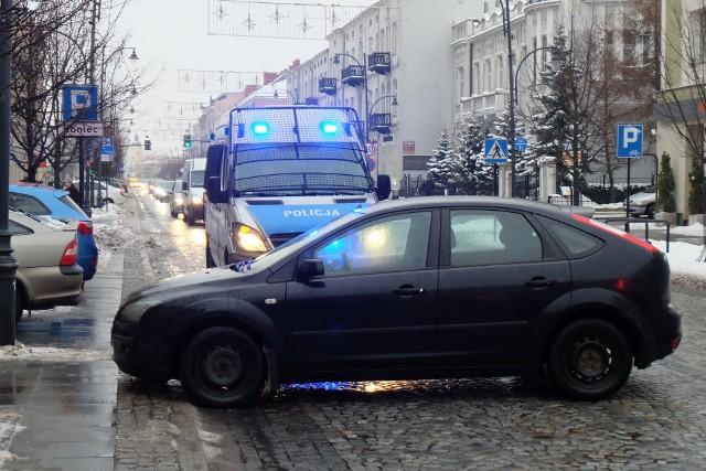 W środę, po godz. 15, otrzymaliśmy informację od jednego z Internautów o aucie osobowym blokującym przejazd przez ulicę Lipową w Białymstoku.