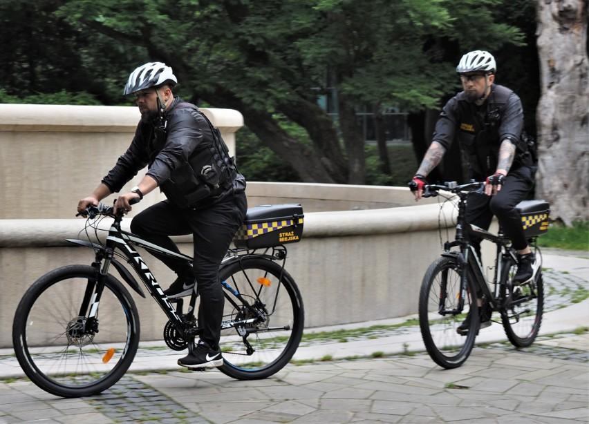 Średnio dziennie rowerowy patrol Straży Miejskiej w...