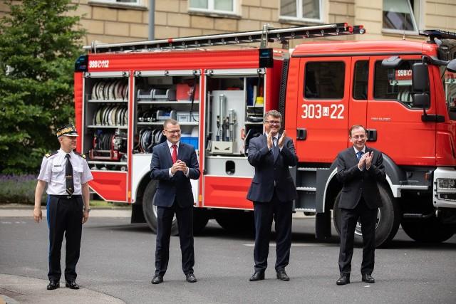 3 lipca 2020 promesy na zakup wozów dla OSP z rąk ministra Mariusza Kamińskiego odebrali wójtowie i burmistrzowie 16 gmin z całej Polski