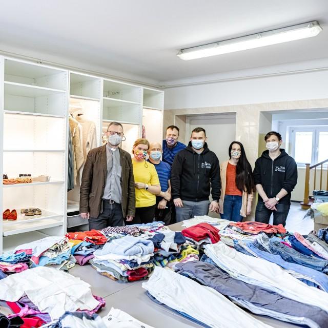Wiosenna kampania modowych kolekcji najemców stała się jednocześnie punktem wyjścia do tego by wspomóc potrzebujących. Instalacja - która powstała w Porcie Łódź na potrzeby akcji marketingowej - zbudowana z szaf IKEA i wypełniona ubraniami od najemców, została przekazana do łódzkiego Funduszu Ochrony Macierzyństwa