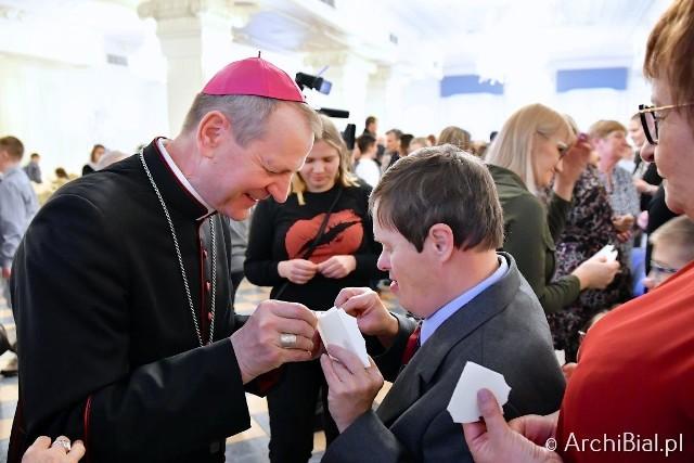 Ponad 300 osób niepełnosprawnych wraz z opiekunami zgromadziło się przed świętami w podbiałostockim Dworze Czarneckiego.