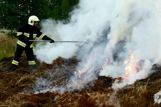 W powiecie szamotulskim koło miejscowości Przecław doszło do zapalenia się zboża na polach. Ogromny pożar gasi 18 zastępów straży pożarnej.