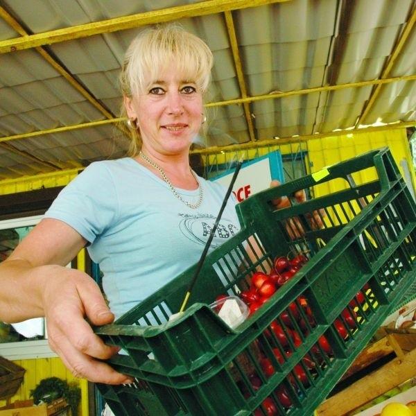 Pani Ania sprzedaje owoce i warzywa na straganie w Białymstoku, dlatego narażona jest na ataki uzbrojonych w żądła owadów. Ale ma na nie skuteczny sposób - odstrasza je dymem z kadzidełka!