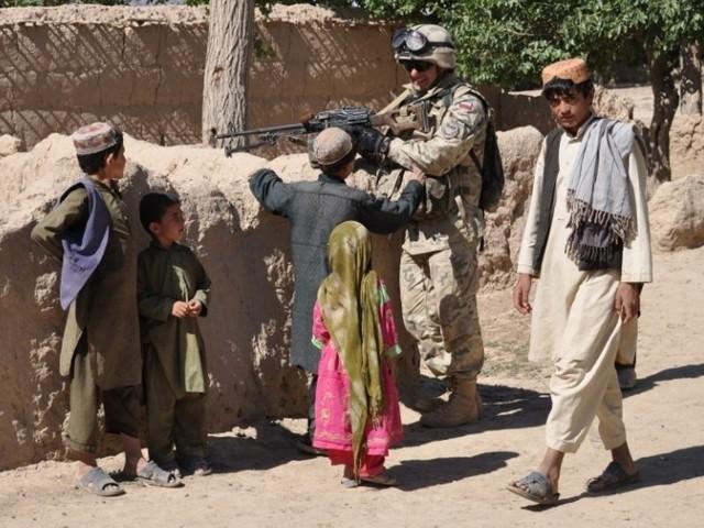 Podczas patrolu żołnierze zachowują szczególna ostrożność.