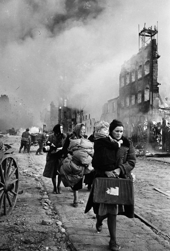 Widok na spalone gdańskie spichlerze (ze zbiorów Muzeum II Wojny Światowej w Gdańsku)