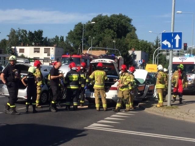 W czwartek po godzinie 16 na skrzyżowaniu Grunwaldzkiej i Malwowej zderzyły się trzy samochody. Na miejscu interweniowali m.in. strażacy.