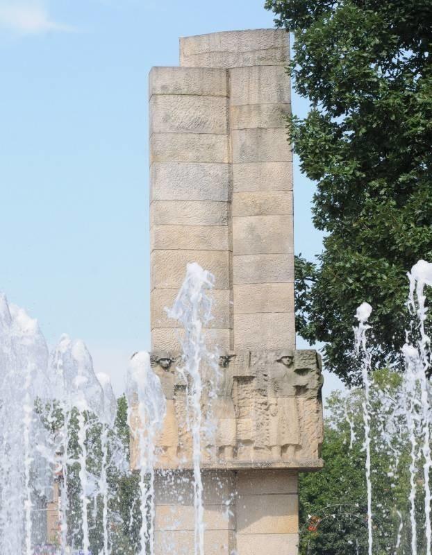 Dziś jeszcze żołnierze radzieccy, a w sobotę spojrzy też na nas z pomnika na pl. Bohaterów marszałek Józef Piłsudski