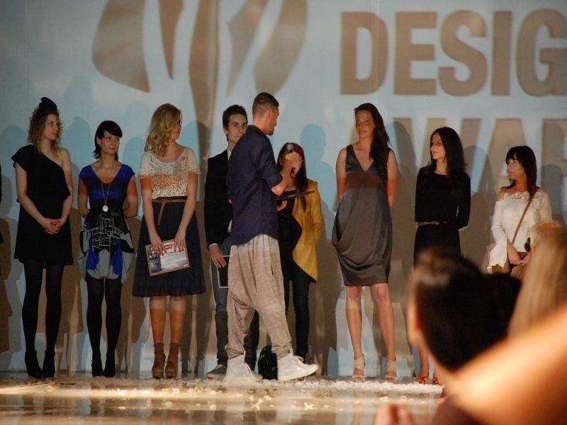 Eliza (trzecia z prawej) chciałaby najchętniej zostać na stałe projektantką w pracowni Zienia.
