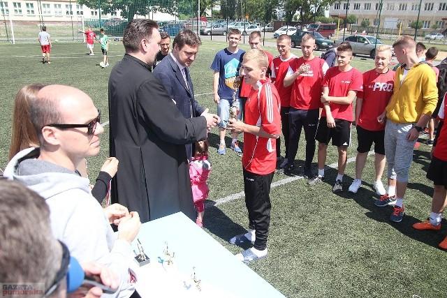 """Na boisku """"Orlik"""" przy Zespole Szkół nr 11 odbył się wielki finał Piłkarskiej Ligi Międzyosiedlowej """"Kazik"""".Zwycięzcami V edycji Piłkarskich zmagań zostały drużyny: SANIKO TEAM (kat. gimnazjum) oraz BUKMACHERZY (kat. liceum)Klasyfikacja końcowa :KATEGORIA GIMNAZJUMMIEJSCE 3- SZCZĘŚĆ BOŻEMIEJSCE 2- TRAMPOLINA WŁOCŁAWEKMIEJSCE 1- SANIKO TEAMKATEGORIA LICEUMMIEJSCE 3- HARNAŚ TEAMMIEJSCE 2- RYBNICKA TEAMMIEJSCE 1- BUKMACHERZYNajlepszym strzelcem w kategorii gimnazjum okazał się Michał Jarliński, a najlepszym bramkarzem Piotr Grochulski .W kategorii Liceum najlepszym strzelcem został Przemysław Kłosowski, natomiast najlepszym bramkarzem został Alan Pietrzak."""