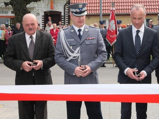 Wstęgę przed wyremontowanym komisariatem przecięli m.in. (od lewej) wicewojewoda Jan Świrepo, komendant główny policji nadinspektor Marek Działoszyński i wiceminister Marcin Jabłoński.