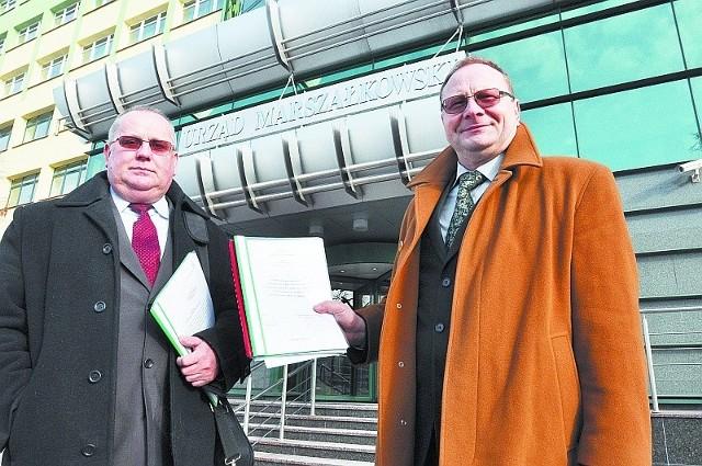 Piotr Wysocki (z lewej) i Adam Tobota (z prawej), jako przedstawiciele gminy, złożyli w czwartek  w urzędzie marszałkowskim w Białymstoku projekt prac geologicznych. Bardzo liczą na wsparcie władz wojewódzkich.