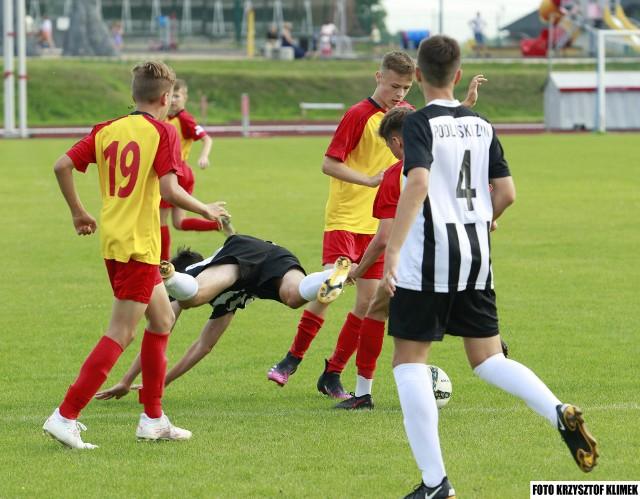 Kadra Świętokrzyskiego Związku Piłki Nożnej gra z Wielkopolskim Związkiem Piłki Nożnej.