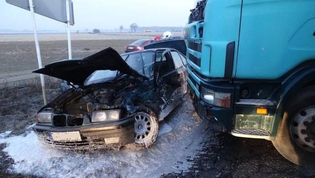 Wypadek w Opalenicy: Dwie osoby w szpitalu po zderzeniu BMW z TIR-em