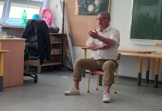 Tadeusz Chudecki opowiadał uczniom w Rozwadach, jak należy mówić, żeby być słuchanym.