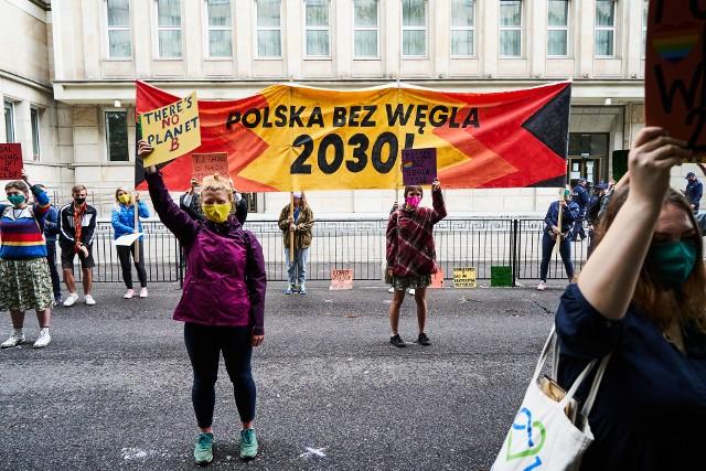 Grupa kilkudziesięciu aktywistów klimatycznych wzięła udział w demonstracji przed Ministerstwem Aktywów Państwowych pod hasłem Polska bez węgla 2030.