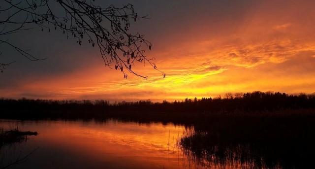 Czwartkowy wieczór, 1 lutego, zaczął się pod Zieloną Górą wyjątkowo pięknie. Niebo o zachodzie słońca wyglądało jak ogarnięte olbrzymim pożarem. Lustro wody  jeziora Liwno tylko spotęgowało to zjawisko. Istnieje ludowe wierzenia, że czerwony zachód słońca zwiastuje nadejście silnego wiatru i deszczu. W minioną noc wystąpiło inne ciekawe zjawisko tzw. Blue Moon. Niestety pogoda nie wszędzie dopisała.   Nam udało się zrobić zdjęcie niesamowitego księżyca, gdy wiatr na dosłownie chwilę przegonił chmury. Zobacz wyjątkową superpełnię uchwyconą w amerykańskim Charlotte, w Karolinie Południowej 30 stycznia:wideo:STORYFUL/x-news