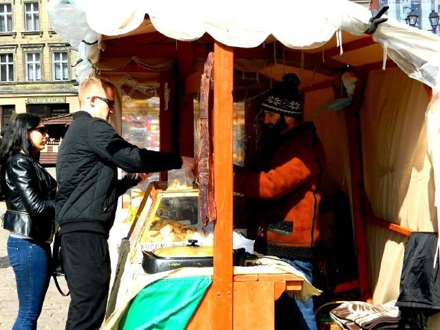 Najczęściej klienci Jarmarku Wielkanocnego sięgają po swojskie sery i miody