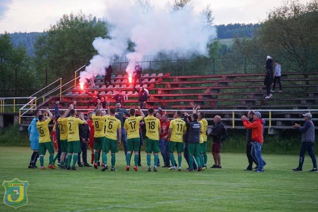 Tak cieszyli się piłkarze Jarmuty na stadionie w Waksmundzie po meczu z Huraganem. Zwycięstwem 1:0 zapewnili sobie awans do IV ligi