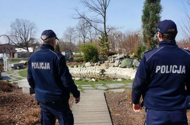 Śląska policja podjęła do tej pory kilkaset interwencji dotyczących łamania wprowadzonych obostrzeń. Niektóre naprawdę kuriozalne, czasem zabawne, czasem groźne. My wybraliśmy z nich TOP-15. Zobacz kolejne zdjęcia. Przesuwaj zdjęcia w prawo - naciśnij strzałkę lub przycisk NASTĘPNE