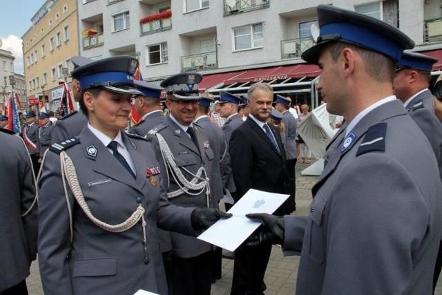 """Dziewięciu funkcjonariuszy otrzymało odznakę """"Zasłużony policjant"""". Były też mianowania na kolejne stopnie służbowe."""