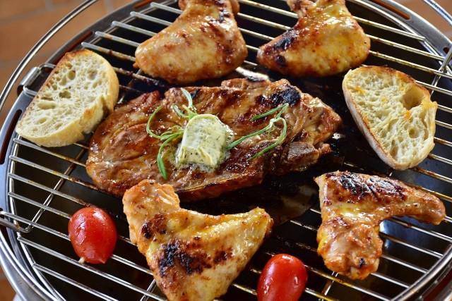Grillowane potrawy urozmaicą warzywa: cukinia, papryka, bakłażan, cebula, pieczarki, szparagi, pomidory.