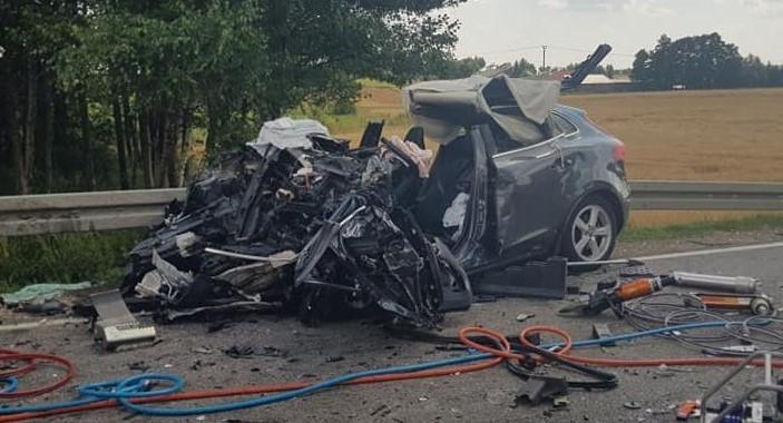 Auto, którym jechała mama z córką zostało wręcz zmiażdżone.