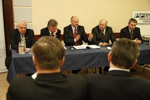 Minister (w środku) przekonywał. Przedsiebiorcy byli sceptyczni. (L. Pilecki pierwszy z lewej, W. Karczewski drugi z prawej