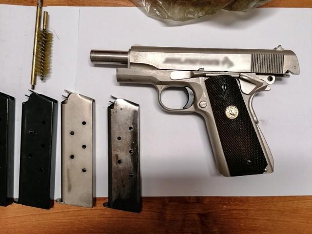 Dalsze śledztwo wyjaśni, jak podejrzany wszedł w posiadanie cudzych narzędzi oraz skąd miał pistolet na ostrą amunicję. Nie wykluczone, że zarzuty usłyszą kolejne osoby.