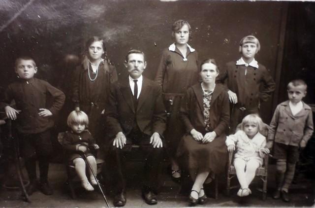 Fotografia pochodzi z archiwum rodziny Kalskich; zdjęcie wykonano ok. 1930 r. na Polesiu; po prawej stronie w foteliku w białym ubraniu - Henryk Kalski
