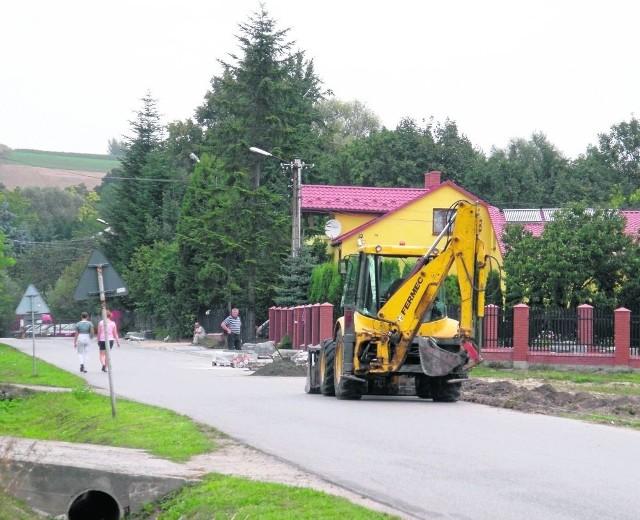 W Racławicach był budowany chodnik przy drodze w kierunku Janowiczek...