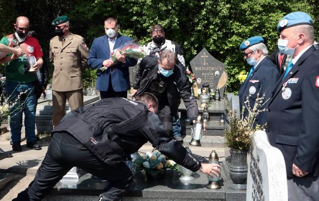 """Jadąc przez Polskę grupa """"misjonarzy"""" na motocyklach odwiedza miejsca pochówku kolegów, którzy brali udział w misjach pokojowych Organizacji Narodów Zjednoczonych."""