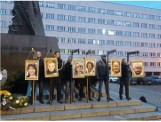 Powiesili zdjęcia europosłów na szubienicach, nie popełnili przestępstwa. Prokuratura umorzyła śledztwo