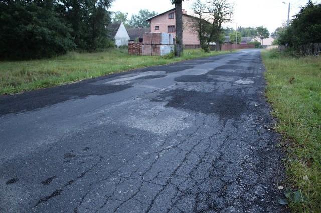 Obecnie nawierzchnia drogi jest w fatalnym stanie, ale niedługo ma być wyremontowana.