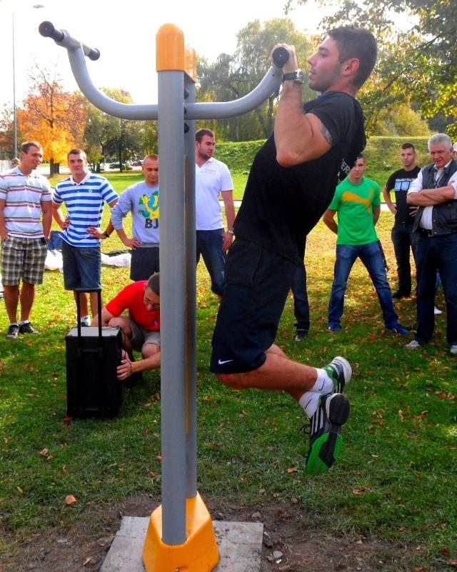 Dąbrowianie stawiają na sport i rekreacje. Dla swoich dzielnic wybrali kilka siłowni pod chmurką, takich jak ta w Parku Hallera