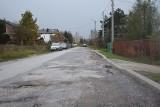 Na kieleckiej ulicy Piaseczny Dół pełno… dołów. Mieszkańcy domagają się remontu