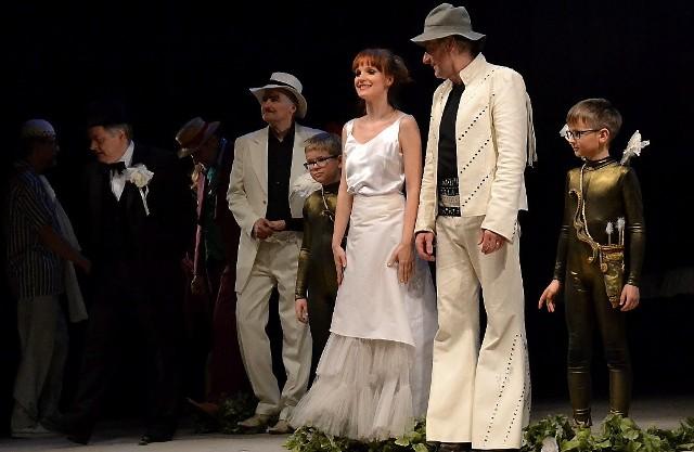 """Publiczność grudziądzka kilka razy brawami wywoływała na scenę aktorów Teatru Śląskiego z Katowic, który wystawił """"Poskromienie złośnicy"""""""