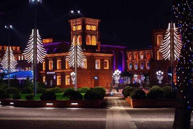 Trwa montowanie iluminacji świątecznej w Manufakturze.