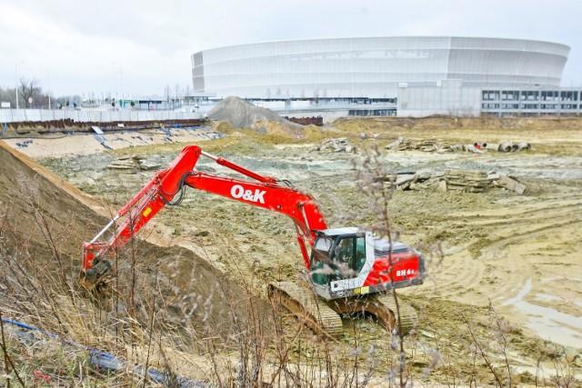 Dziurę przy stadionie miejskim zabezpieczają tzw. larseny
