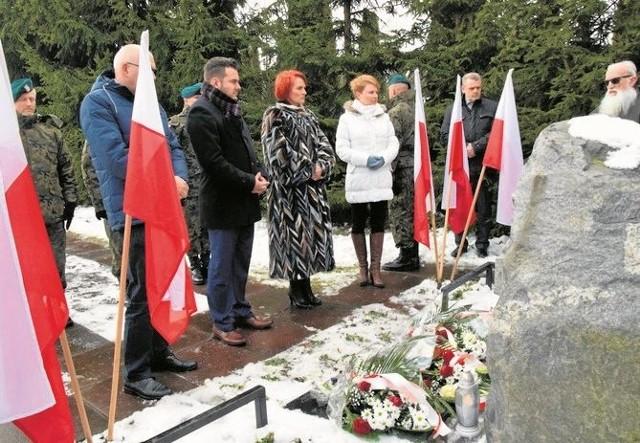 Przedstawiciele władz przed pomnikiem przy Szosie Zambrowskiej