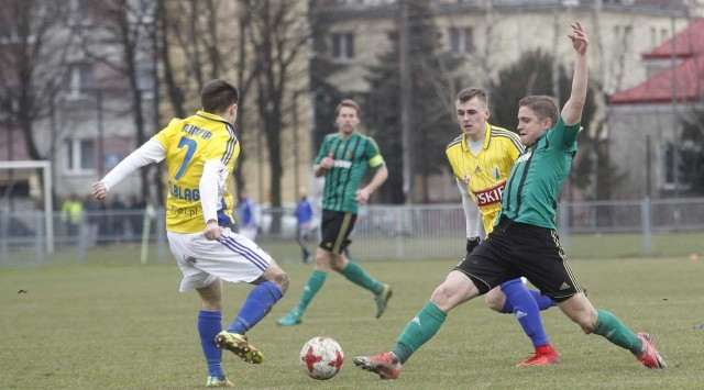 Piłkarze Stali Stalowa Wola (w zielonych koszulkach) wywalczyli cenny punkt w Bełchatowie.