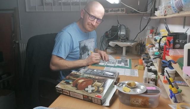 Robert Małecki w swojej modelarni