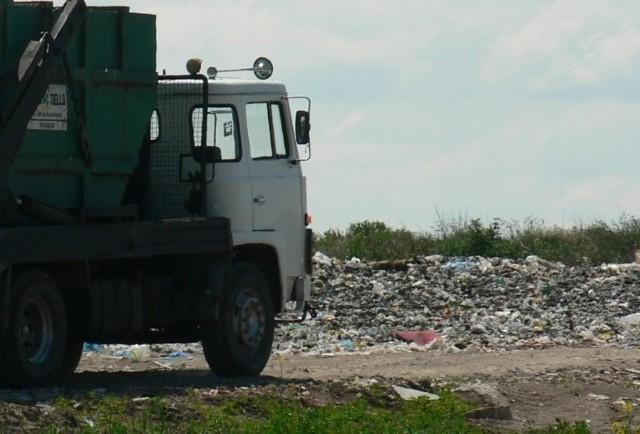 Po zamknięciu składowiska w Słajsinie, do Włodarki trafiają odpady z wielu nadmorskich gmin. Ruch śmieciarek jest ogromny. My natknęliśmy się między innymi na transport z powiatu gryfickiego i Międzyzdrojów.