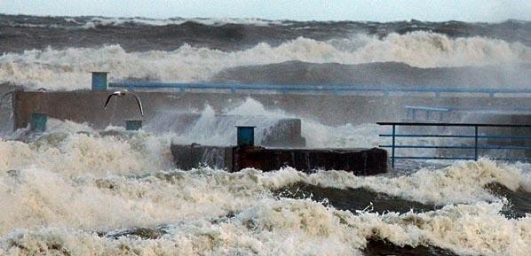 W wyniku sztormu (na zdjęciu Kołobrzeg) mocno ucierpiały plaże w całym regionie.