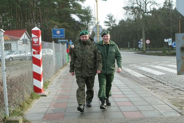 - Ludzie są lekko zdziwieni na nasz widok - mówi plutonowy Tomasz Koc (z lewej). - A szczególnie, gdy wchodzimy w głąb i chodzimy między stoiskami. Po prawej Horst Beyer z niemieckiej straży granicznej.