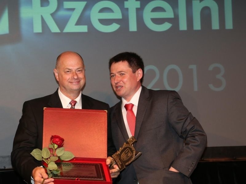 """Marek Mika (z lewej), prezes KSWP odebrał nagrodę """"Rzetelni..."""