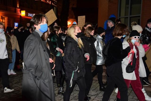 W czwartkowy wieczór, 28 stycznia, do protestu przyłączyli się inowrocławianie. Spotkali się na Rynku. Następnie przemaszerowali ulicami miasta.
