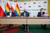 Podpisano umowy na dofinansowanie modernizacji szkół w Białymstoku i Łomży. Zrobione zostaną udogodnienia dla osób niepełnosprawnych